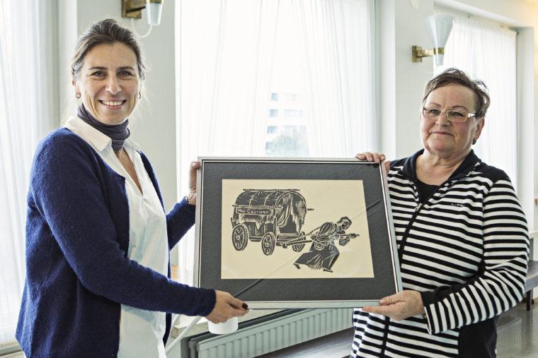 Teaterchef Åsa Salvesen tar emot tavlan av Inger Hasselblatt. Foto Frank A. Unger.